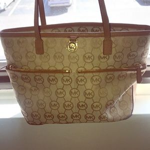 Michale Kors hand bag ! Only used a few times 30$